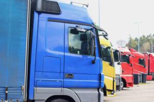 Blå lastbil, gul lastbil, rød lastbil, lastbiler i en række.