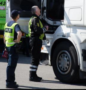 Politimænd ved lastbil køre- og hviletid